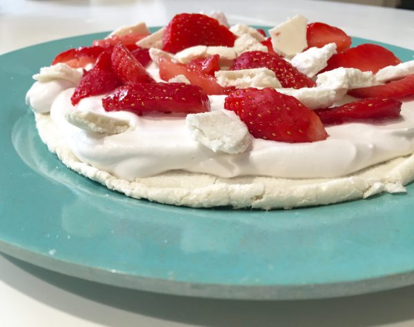 La PavLola, pavlova chantilly coco-fraises sans oeuf ni lactose - Marcel en Cuisine